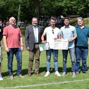 von links nach rechts: Niklas Kröger (1. Vorsitzender TSV Gielde); Holger Zalesinski (ehem. Jugendtrainer); Wolfgang Fisch (1. Vorsitzender NFV Kreis Nordharz); Yannik Möker; Tim Schwabe (NFV Verbandsjugendausschuss); Dieter Jannik (NFV Kreis Nordharz Jugendausschuss); Heiko Zalesinski (Abt.-Ltr. Fußball TSV Gielde)